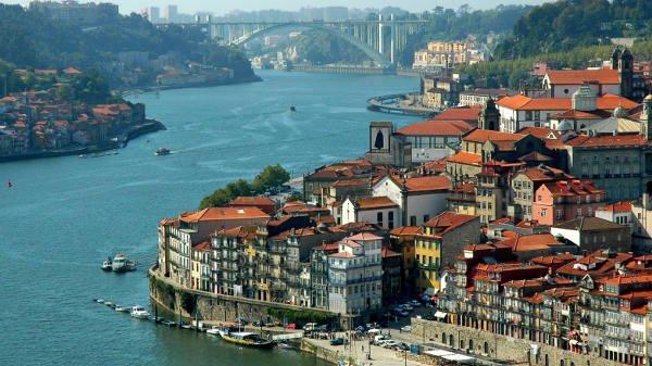Flüge: Stuttgart - Porto ab 15€ (return)