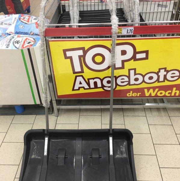 Schneeschaufel mit Rollen bei Kaufland in Rüsselsheim