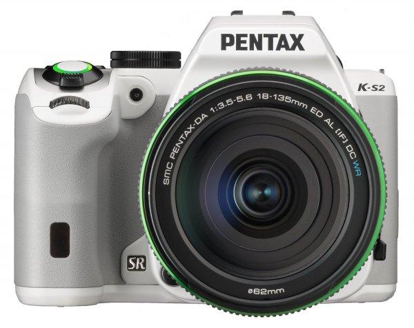 Pentax K-S2 weiß mit 18-135 mm WR Objektiv für 605,58€ bei Amazon.fr
