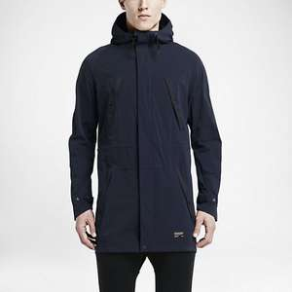 [Online] Nike F.C. Parka Herrenjacke in schwarz, khaki, dunkelblau [idealo: 119,90]