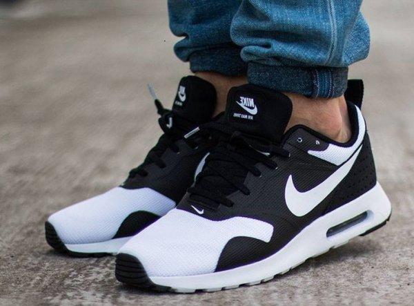 Nike Air Max Tavas - schwarz/weiss für 64,90 € bzw. 66,89 € (Größe 40,5 - 47,5)