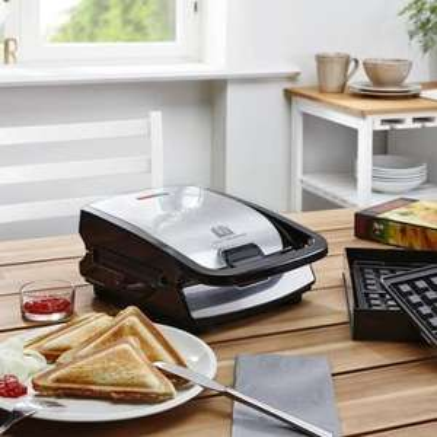 (Wieder da) Tefal SW852D Snack Collection (Multifunktionsgerät für Waffeln und Sandwiches), inkl. 2 Plattensets, schwarz / edelstahl für 48,95 € @ mömax.de