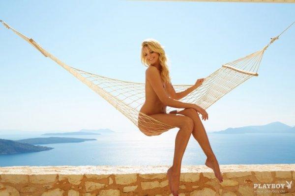 """Der Playboy ist """"back"""": 64 Bilder von Delfina Aziri zum Download"""