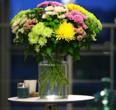 Bunter Strauß aus 15 Chrysanthemen inklusive Glasvase und Versand für 19,90€ bei [Bloompost]
