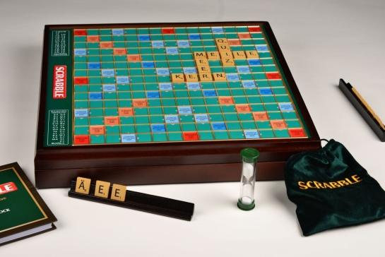 Scrabble Prestige (luxuriöseste Version und hochwertiger als Deluxe von Mattel) - mit integriertem Drehteller und Holzbuchstaben [71,75€ / GS verbraucht, neuer GS, jetzt  75,05 EUR]