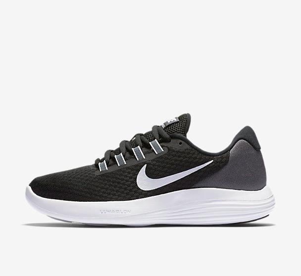Flash-Sale bei Nike mit bis zu 50% Rabatt auf ausgewählte Frauen und Young Athletics Produkte, z.B. NIKE Lunaconverge Laufschuhe für 34,99€, Roshe Two Flyknit für 64,99€, Bras für 14,99€