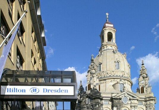 Hilton Dresden mit Frühstück, Loungezugang (=freier Alkohol/Canapes) und Welcome Drink für 109 €, Vergleichspreis 176€ ohne Loungezugang
