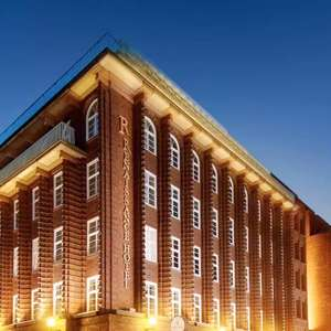 Hamburg: 4/5* Renaissance Hamburg Hotel - Deluxe-Doppelzimmer inkl. Frühstück & Hafenrundfahrt / bis Nov.
