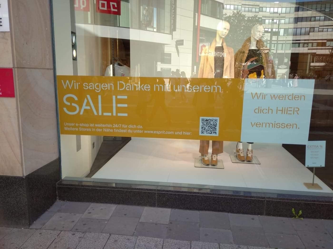 Closing Sale bei Esprit in Düsseldorf Schadow Arkaden - Ab sieben Stück alles zum halben Preis