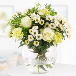 Blumenstrauß Merit (mit weißen Rosen, Nelken und Santini, inkl. Grußkarte und 7-Tage-Frische-Garantie) für 22,90€