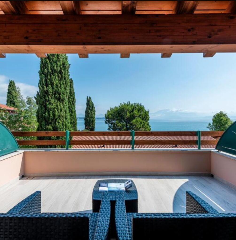 Gardasee, Italien: Desenzano Glam Village - Studio Glamour mit Seeblick für bis zu 3 Erw. + 2 Kinder bis 2 / gratis Storno / bis 03. Oktober