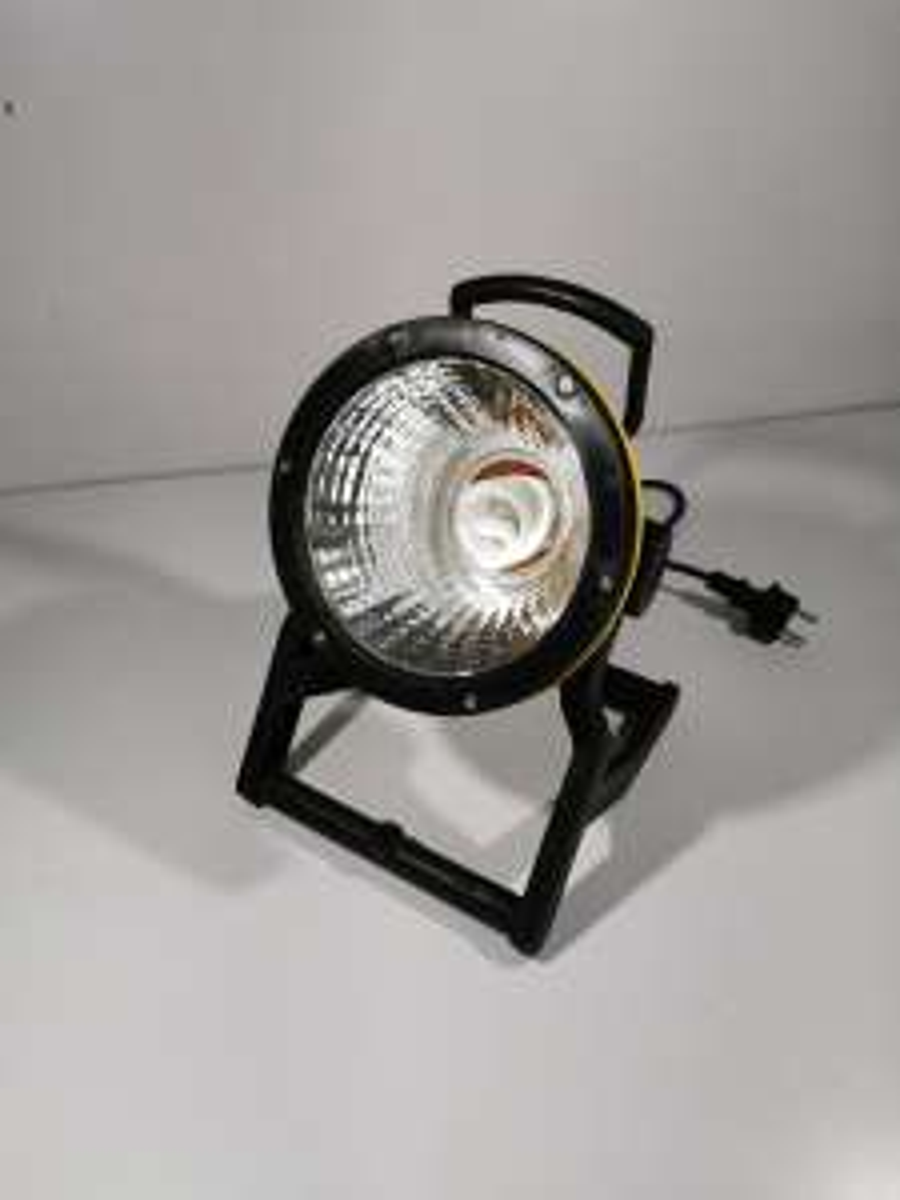 Lux Baustrahler mit E27 Energiesparlampe (23W, 1550lm, 2700K, Ra 81.6, 1.8m Kabel, 30x21cm, IP54)